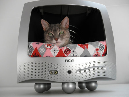 LuckyLenoreVintage - Recycled T.V. Pet Bed  - Cat TV