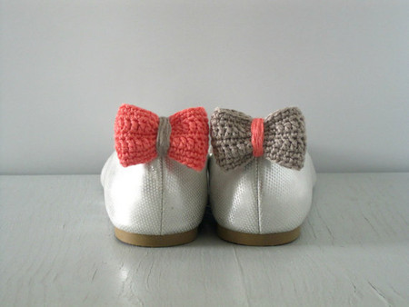 Luulla - Opposites attract. Crochet bow shoe clips.Coral and sand.