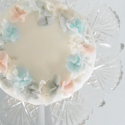 Thumb and cakes - baby flower cake